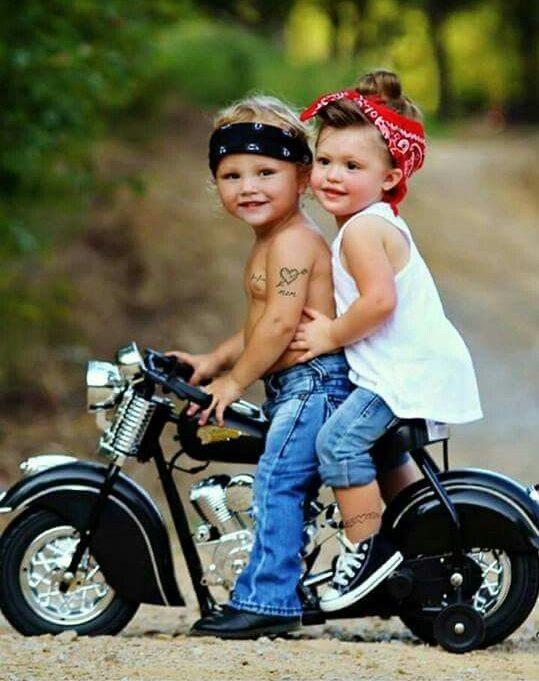 Малыш на мотоцикле