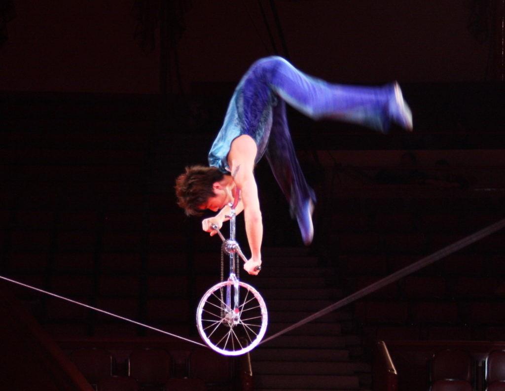 На колесе по куполом цирка