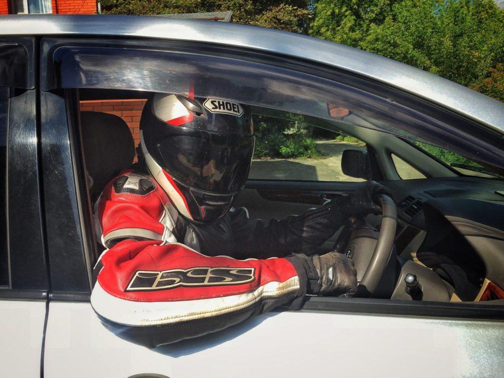 Байкер за рулём машины