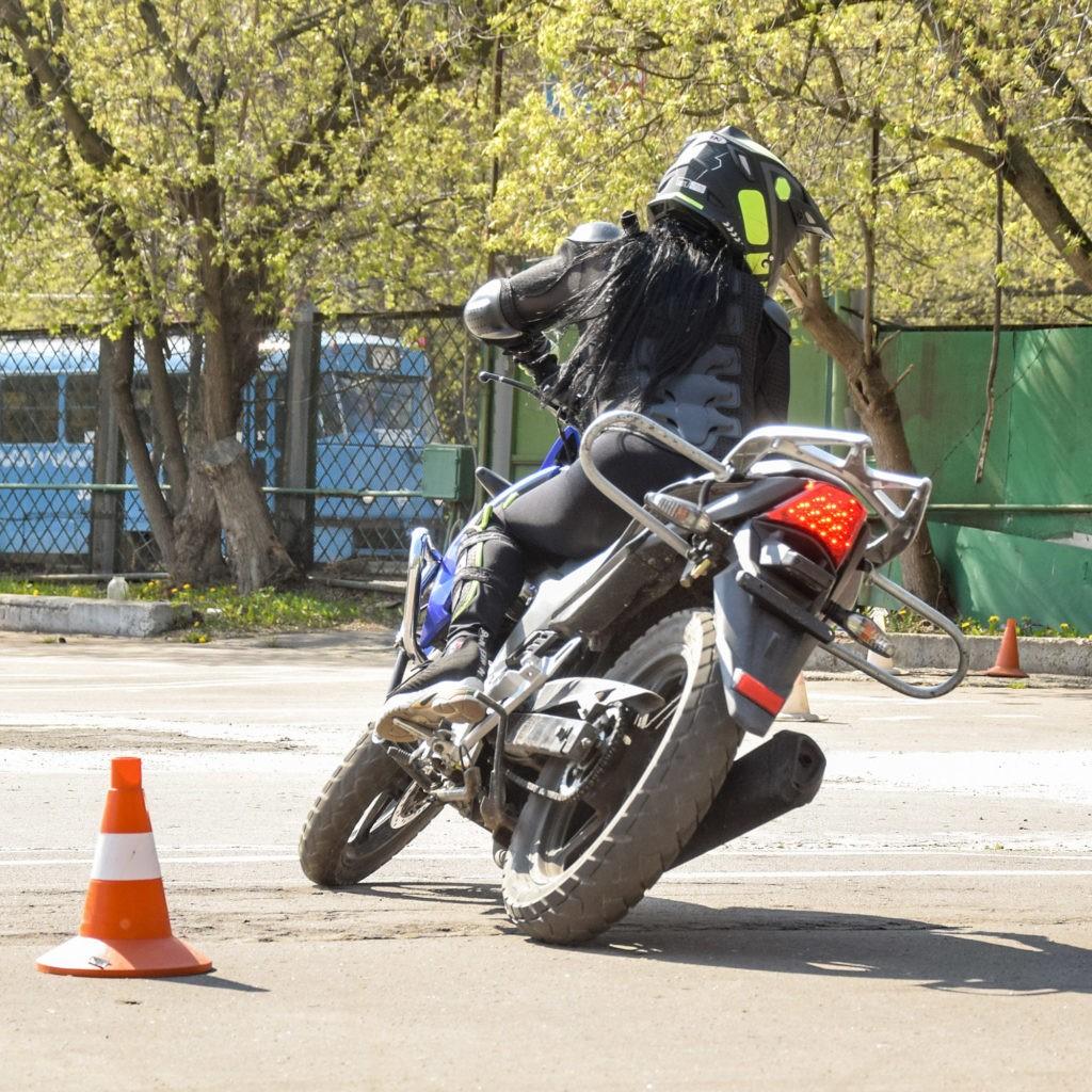 Мото-фото Девочка на мотоцикле