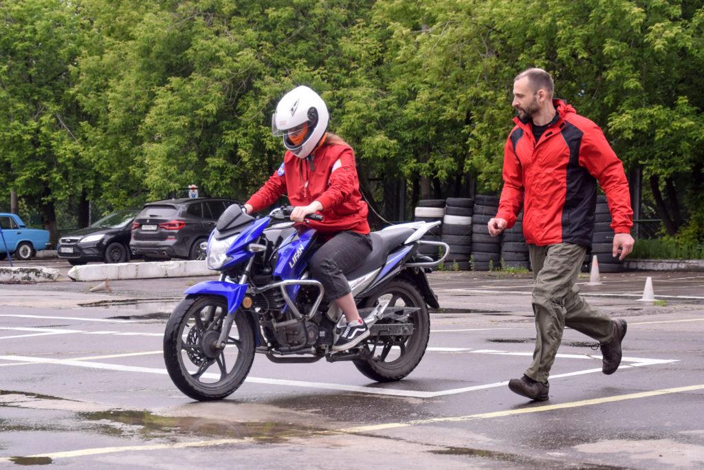пРОБНОЕ ЗАНЯТИЕ на мотоцикле в мотошколе