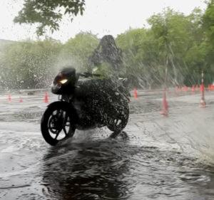 Мотоцикл под дождем