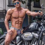 Красавчик на мотоцикле